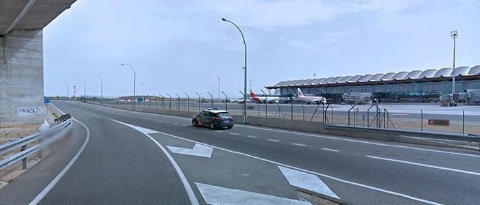 Valla metálica en aeropuerto